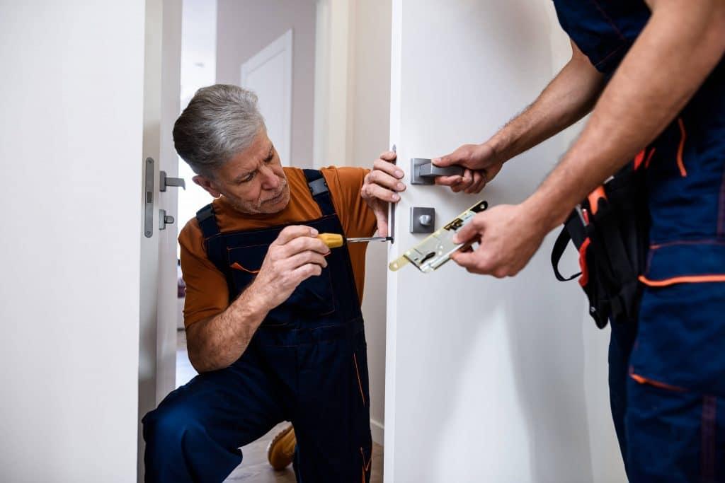 locksmiths installing lock